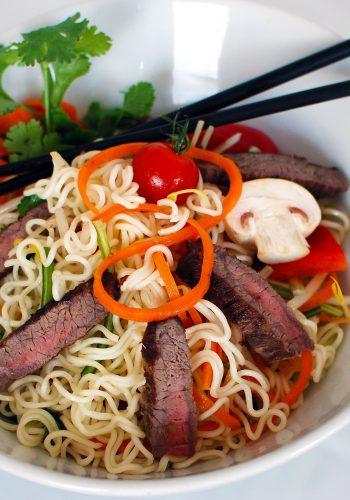 Asia-Nudeln mit Rindfleischstreifen und Pfannengemüse
